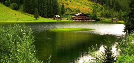 wallpaper con un lago y al fondo una casa