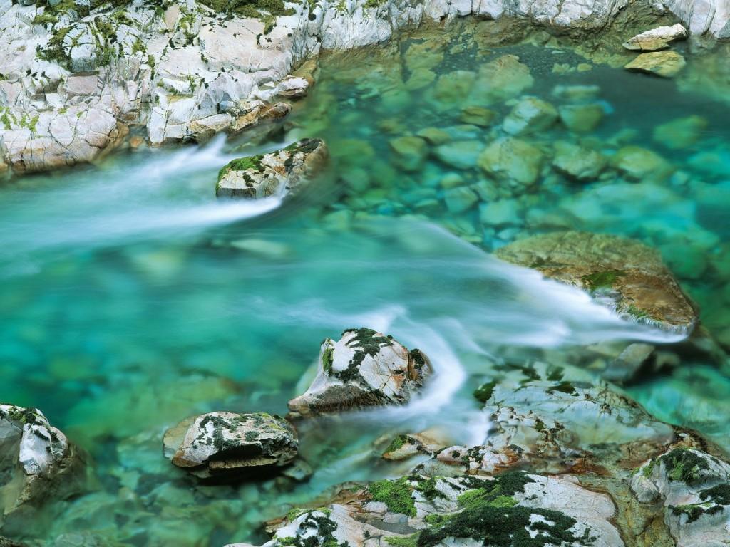 wallpaper de rio con aguas cristalinas