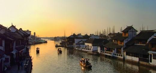 wallpaper hd de un paisaje asiático, con un río y sus orillas pobladas