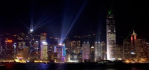 fondo de pantalla hd con rascacielos de noche
